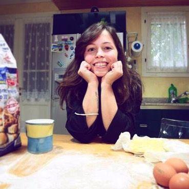 """Al """"Magna e tes"""" cucina Carlotta Lolli 21 anni food blogger di #Modena: ha aperto un home restaurant. Di cosa si tratta? Carlotta prepara la cena - su prenotazione - a casa sua. Ad aiutarla la nonna soprattutto per la pasta all'uovo. Ma c'è tutta la famiglia a darle una mano.  Foto: @gazzettamodena  #minibio #igersmodena #cucina #food #homerestaurant #magnaetes #cucinaitaliana by lacronacaitaliana"""