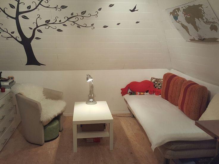 Gemütliches WG-Wohnzimmer mit Baum- Wandtattoo #Wohnzimmer #WG - wandtattoo für wohnzimmer