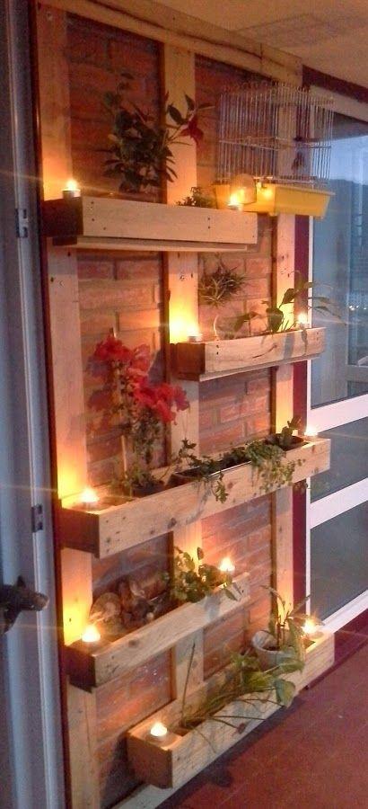 Fabrica tus propios maceteros en forma de jardín vertical para la terraza o jardín con maderas de palet.                                                                                                                                                                                 Más
