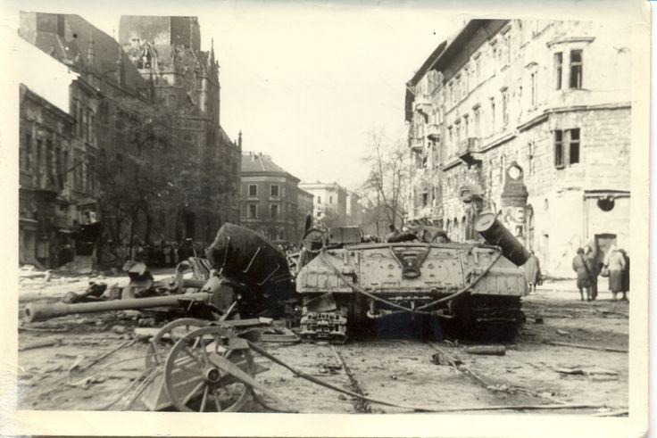 Roncsok az Üllői út és a Ferenc körút kereszteződésében | Ruins of a tank on Grand Boulevard #revolution #1956 #hungary #houseofterror #communism #ruins #tank