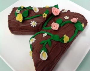 """Tronco de Primavera, delicioso """"tronco"""", relleno de trufa, cubierto con ganache de chocolate con leche y decorado con flores realizadas en pasta de chocolate"""