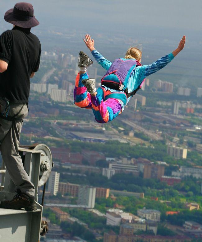 Jag ska flyga! Base-hoppning, ryska flickan hoppar från Shanghai skyskrapa.