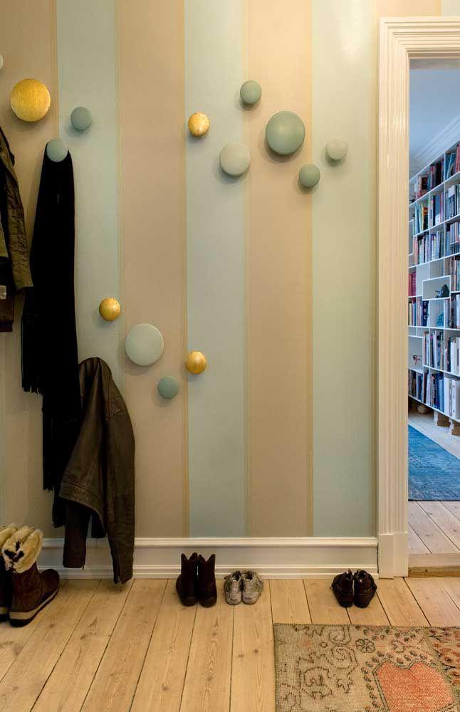 rayures verticales blanches et vert d'eau largeur irrégulière sur mur porte manteaux