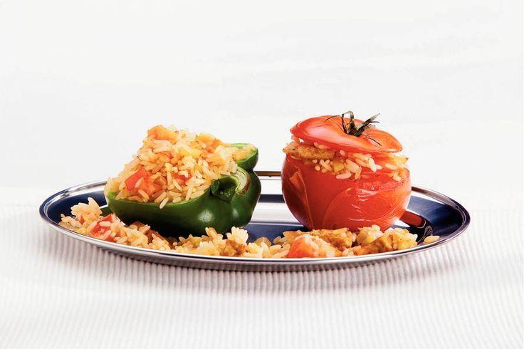 Kijk wat een lekker recept ik heb gevonden op Allerhande! Gevulde tomaten en paprika's met rijst