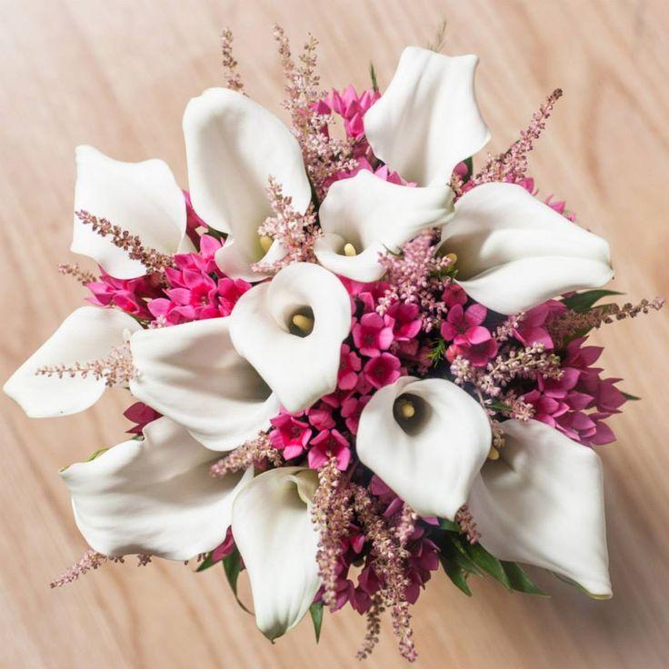 Una combinación rústica y elegante. Bouquet de novia de calas blancas, bouvardia y astilbe. #bodas #ramodenovia