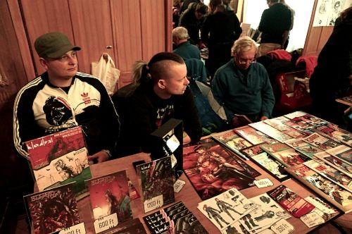 A Bloodlust képregények standja (és csapata) a Hungarocomix 2015-ön, szomszédunk pedig nem más volt, mint Fazekas Attila.