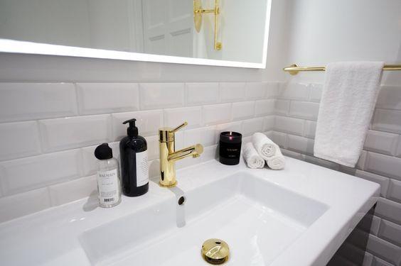 Detta snygga badrum finns hemma hos Kenza Zouiten (en känd och populär bloggerskan som du inte har missat om du har intresse för mode och livsstil). Snyggt!