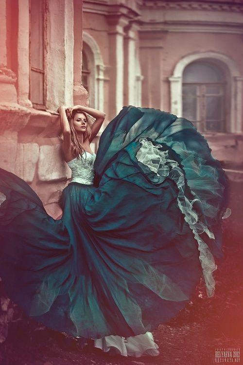 Podríamos tomar los colores verdes y fríos de esa falda :P