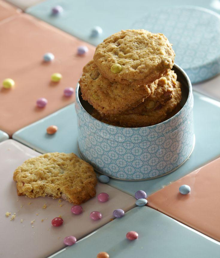 Lækre små kager til de mindste med havregryn, vaniljesukker og festlige Mini Smarties.