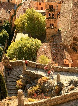 Moustiers Sainte-Marie, #france #pacatourism #pacatourisme #PACA #provencal #tourism #tourisme #south #nature #Moustiers #saintmarie #stmarie #escaliers #steps #rocks #pierres #tourismepaca #tourismpaca