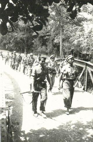 TNI-militairen trekken Djokjakarta binnen, nadat de Nederlandse troepen de stad na het Van Royen-Roem akkoord onder internationaal toezicht hebben verlaten.