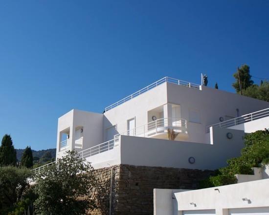 Villa blanche et parement pierre