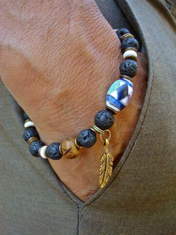 Indiaanse mannen armband met Lava, witte Turquoise, gesneden bot, Feather charme, keramische kraal met Native American Art, hout, messing