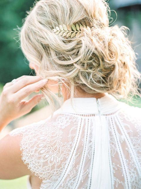 48 Messy Bridal Hair Ideas For Effortlessly Chic Brides | HappyWedd.com #PinoftheDay #messy #bridal #hair #ideas #effortlessly #chic #brides
