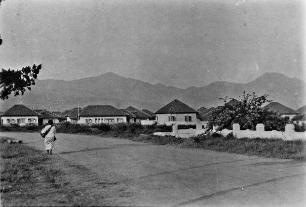 Sebuah jalan di Bandung dengan bangunan modern. 1920-1930