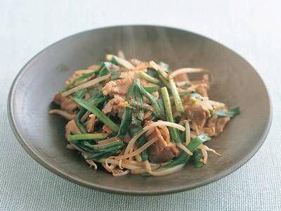 高城 順子さんのにらを使った「にら、豚肉、もやしの炒め物」のレシピページです。にんにく、しょうがを加えてスタミナ満点。甘辛い味で、ご飯のおかずにぴったりです。 材料: にら、豚肩ロース肉、もやし、にんにく、しょうが、下味、サラダ油、調味料、一味とうがらし