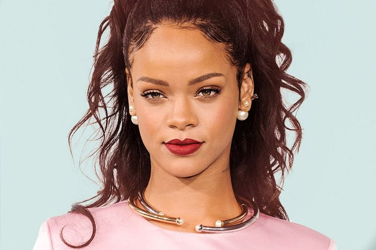 Rihanna is a true queen and fashionista. This celeb, fashion designer and singer is absolutely fabulous. 2 styles RiRi rocks like no other are urban edgy and a classy girlboss look. Bad gal RiRi & Girlboss RiRi