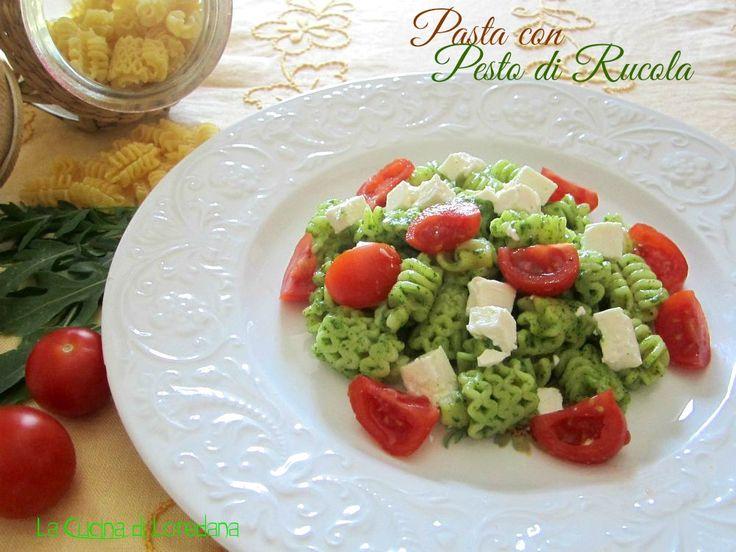 Oggi vi propongo un bellissimo piatto dai colori estivi, una gustosa Pasta con pesto di rucola pomodorini e feta, una bontà per gli occhi e per il palato.