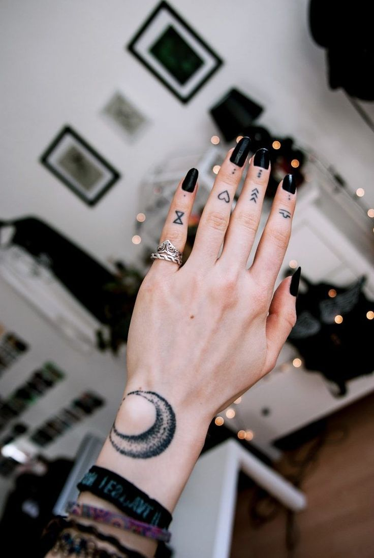 best 25 finger tattoos ideas on pinterest henna finger tattoo simple hand henna and finger tats. Black Bedroom Furniture Sets. Home Design Ideas