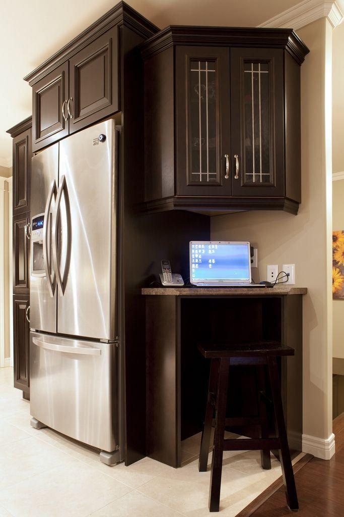 Небольшой рабочий уголок в интерьере кухни фото 04
