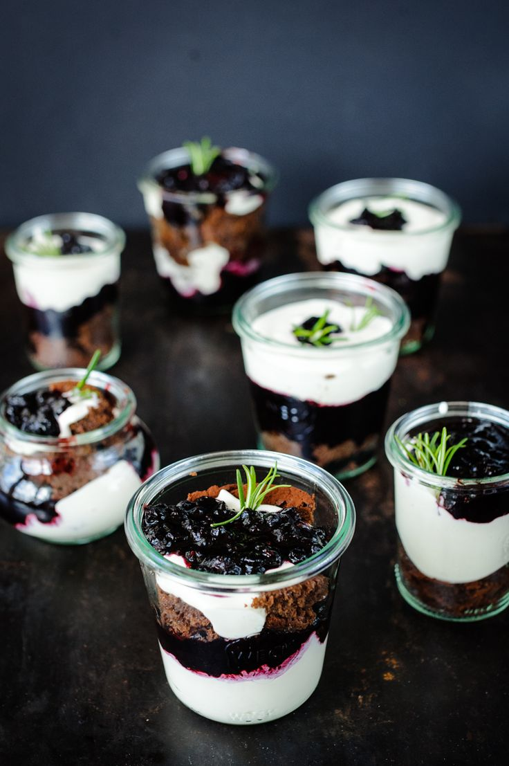 dessert im glas: brownie |blaubeer-rosmarin-kompott |vanille-mascarpone-creme - low carb machen durch Zucker Ersatz