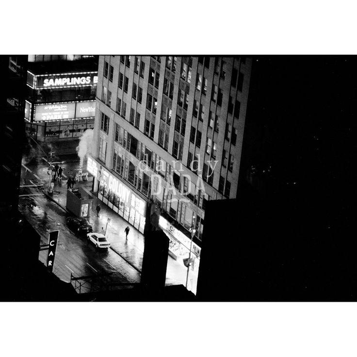 """L'opera """"Walking Man"""" di Francesco Nencini appartiene alla collezione """"Let There Be Neon"""".   Il bello del neon quando fotografi le metropoli è che ti evidenzia le storie che le attraversano, come il cammino solitario di quest'uomo, anche quando sono molto distanti dal punto in cui le osservi.   New York, 1995."""