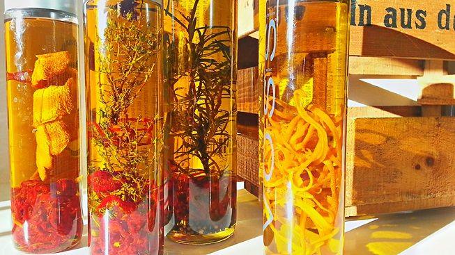 Selbstgemachtes Gewürz-Olivenöl ist auch eine tolle Geschenkidee. Es ist einfach herzustellen, sieht schön aus und schmeckt lecker. Und, wie alle selbstgemachten Geschenke, zeigt es dem Beschenkten...