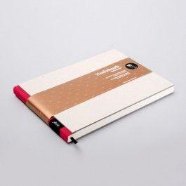 Ideen können einem überall kommen. Deshalb habe immer ein Design-Notizbuch zur Hand um Inspirationen festzuhalten! Das Notizbuch M ist perfekt für die Schule, Uni oder Meetings.NEU! In jedem Notizbuch ist ein liniertes- und kariertes Blatt mit aufgedrucktem Lineal als Schreibhilfe beigelegt.Ein grossartiges Geschenk für inspirierte Schreiber und Liebhaber von Notizbüchern und Schreibartikeln.Die gesamte Kollektion wird in aufwendiger Handarbeit in unserer Berliner Manufaktur hergestellt. Die…