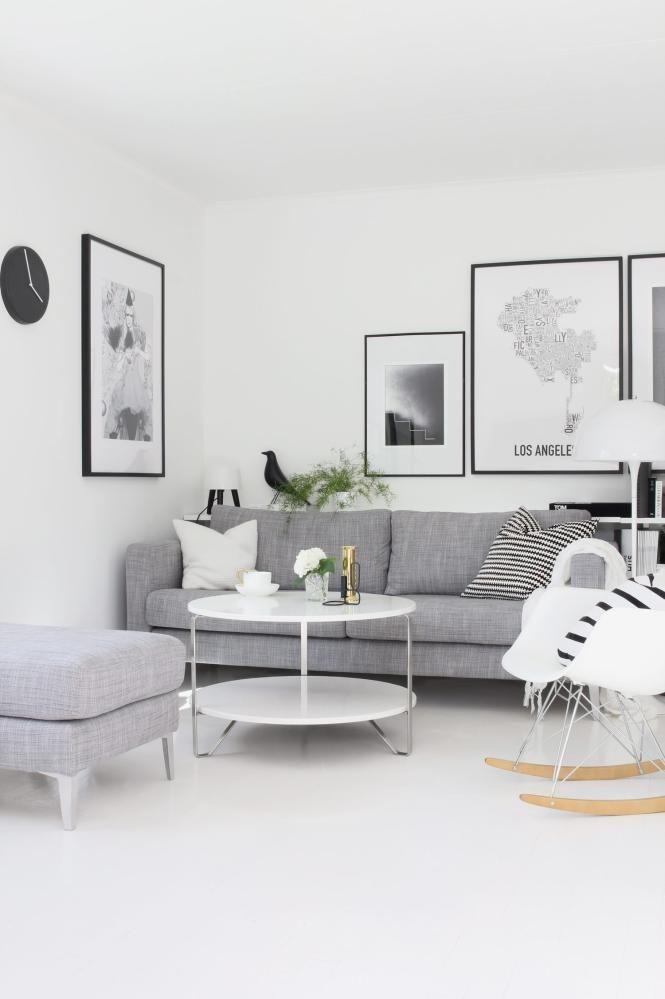 SVART-HVITT: Eieren av dette rekkehuset er svak for en skandinavisk stil og innreder med mye svart, hvitt og grått. Sofaen og bordet er fra Ikea, klokken på veggen er fra Kähler, det lille, svartebordet er fra Hay, og plakatene er fra artelimited.com og orkposters.com.