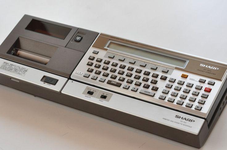 ※エイプリルフールの企画記事です※モバイルプリンタとドッキング可能です。シャープから発売されるPocket Computer(ポケットコンピュータ)PC-1500は革命的。超高速8ビットCPUを搭載、記憶容量は1850バイトと前機種 PC-1210シリーズを凌駕。表示も強化され 156 x 7ピクセ...
