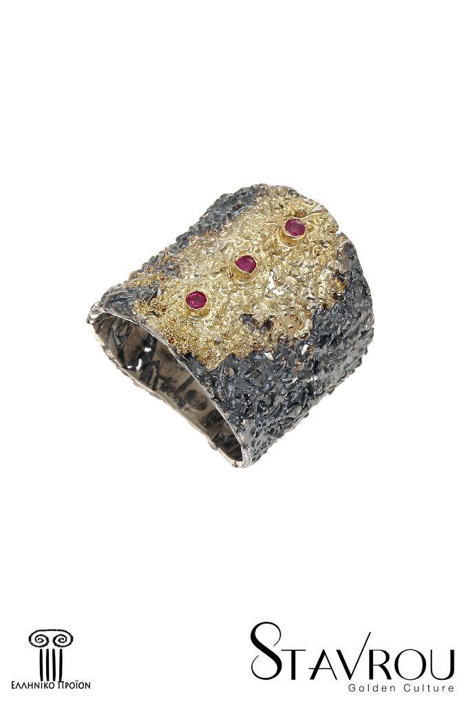 Γυναικείο δαχτυλίδι, χειροποίητο, ασημένιο925' με έντονα ανάγλυφη επιφάνεια εμπνευσμένο απόαρχαϊκά κοσμήματα καιεπενδεδυμένο με χρυσό 18 καρατίωνκαι τρία ρουμπίνια συνολικούβάρους 0,06 ct. #δαχτυλίδια #χειροποίητα_κοσμήματα #αρχαϊκά_κοσμήματα #κοσμήματα_χαλάνδρι