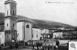 Il rione 'Pozzi' a S. marco in Lamis in una cartolina dell'inizio del '900. A sinistra si vede la mole della Chiesa della Collegiata.