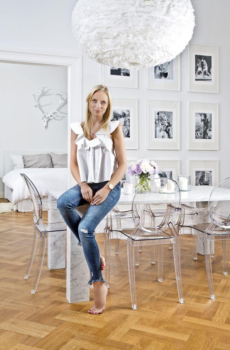 So wohnt Westwing! Carolin Dietman, Senior Style Managerin bei Westwing zeigt uns ihre wunderschöne Wohnung in München. Ihr Look: Classy Chic. Trotz des monochromen Looks kommt in Carolins Esszimmer keine Langweile auf. Ihr Geheimnis: ein spannender Materialmix aus Kunststoffstühlen, Marmortisch und Federleuchte. We love it! #homestory