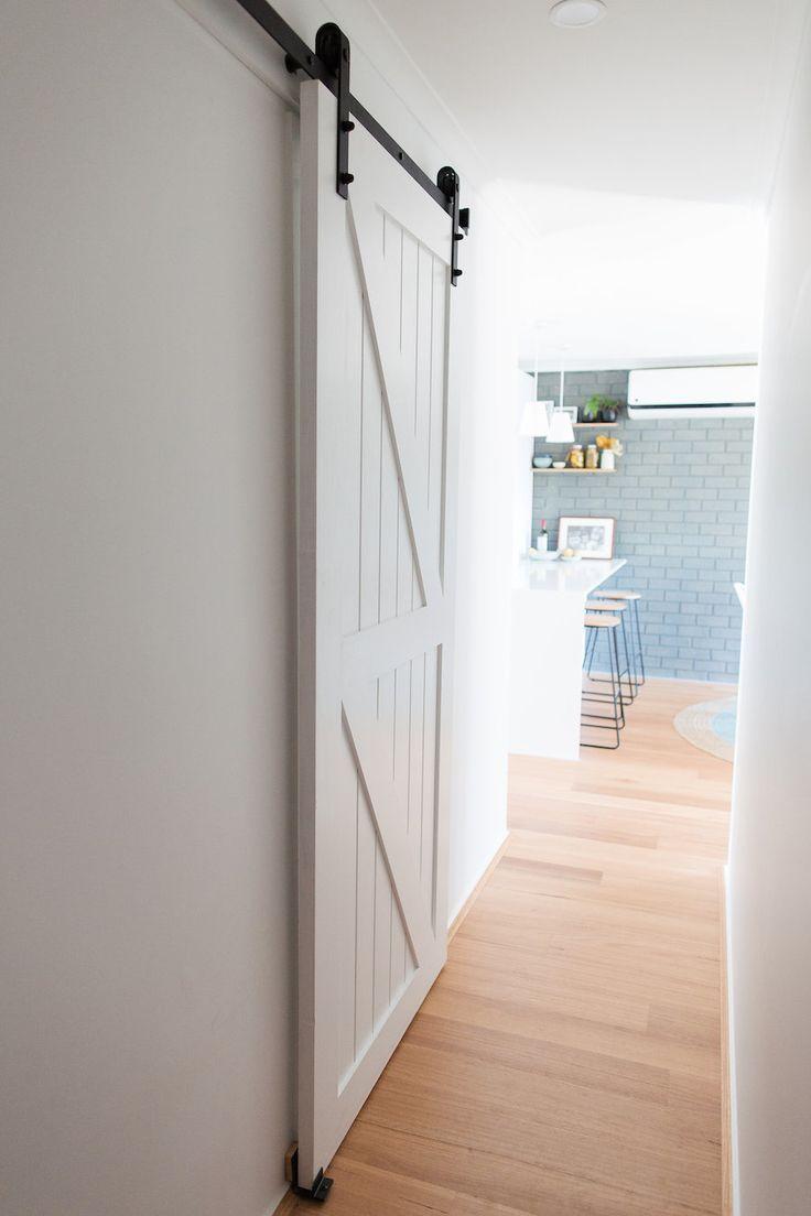 So Installieren Sie Ein Scheunentor In 10 Einfachen Schritten Konnen Sie Ihr Eigenes Scheunentor In Barn Door Installation Interior Barn Doors Home Renovation