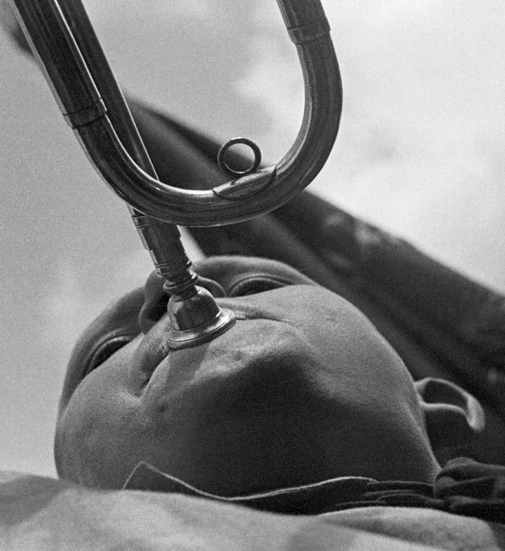 Rodchenko. Pioneer with a horn, 1930.
