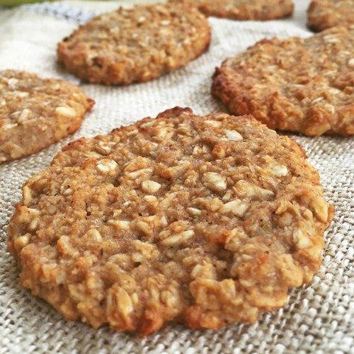 Estas galletas de avena y plátano son las galletas más fáciles del mundo. Es que de verdad son muy fáciles de preparar. Mira la receta completa en Equilibramos