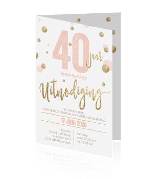 Luxe verjaardagsuitnodiging kaart met gouden letters op een wit achtergrond. Het roze jaartal is aanpasbaar met hippe gouden ballonnen. Maak zelf deze uitnodiging bij luckz.nl