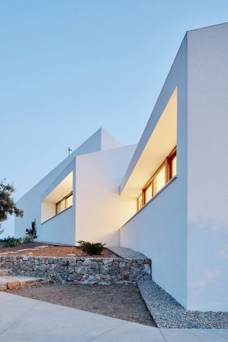 House in Mallorca made up of white blocks that are all oriented towards different viewpoints