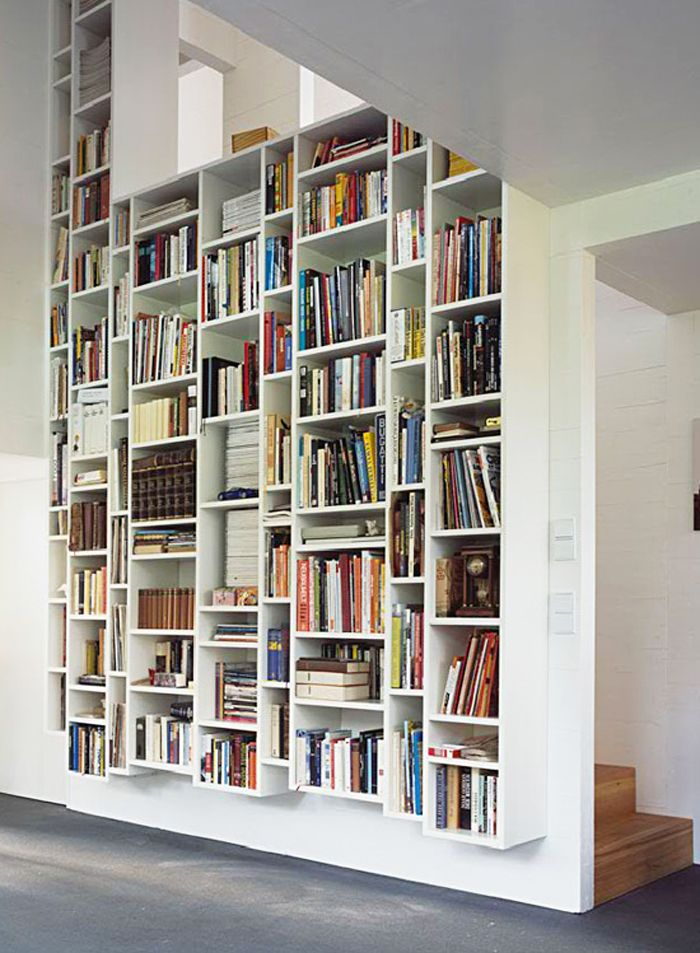 vertical bookshelves kraus-schoenberg, fraai design met een rustig, asymmetrisch evenwicht.