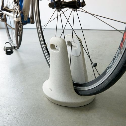 文鎮のような佇まいで、スマートに自転車を停められるスタンド。
