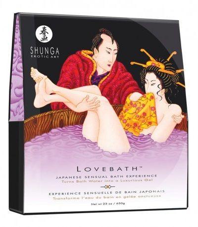 """PERLAS DE BAÑO SENSUAL LOTUS DE SHUNGA. Inspirado en el sensual ritual de los """"Love Baths"""" japoneses. Vierte el contenidoen la bañera y el agua se convertirá en miles de perlitas llenas de agua para formar un gel enriquecido y cremoso que aromatizará la habitación con su fragancia e iluminará el agua con un color relajante. Sumérjete en este oasis y descubre una extraordinaria sensación táctil. Las propiedades terapéuticas del gel hidratan la piel profundamente. #perlas #baño #Shunga"""