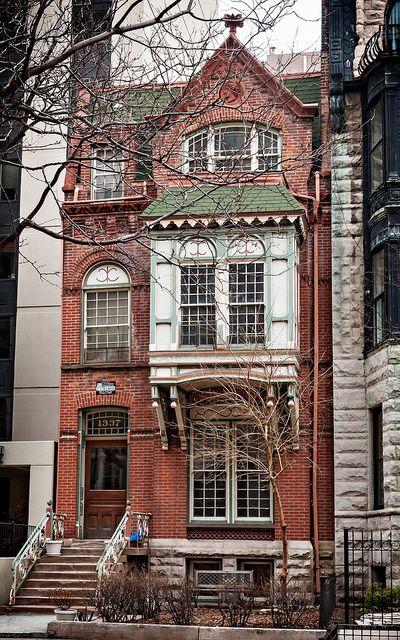 Augustus Warner House (1884), 1337 Dearborn Pkwy, Gold Coast, Chicago.        designed by Swedish-American architect Lawrence Gustav Halberg Sr. (1844-1915)