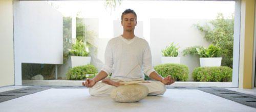 Samuel était un garçon pressé, stressé. Lors d'un séjour en Thaïlande, il a découvert la pratique de la méditation vipassana, un « voyage immobile », qui réconcilie le corps et l'esprit. Depuis, son regard, ses émotions et toute sa vie se sont métamorphosés....