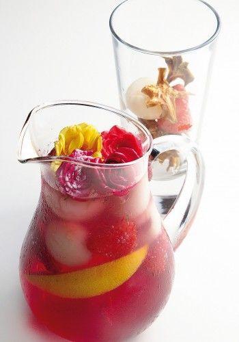 Sangria-Champanhe-com-frutas-vermelhaseflores:Também vale acrescentar gelos decorados e flores (comestíveis e devidamente higienizadas), para decorar ainda mais sua jarra de sangria. Fica LINDOOOO!