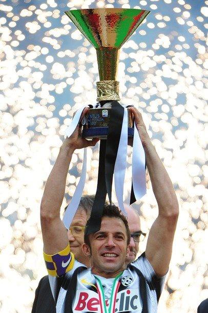 Del Piero alza l'ennesimo trofeo della sua splendida carriera !