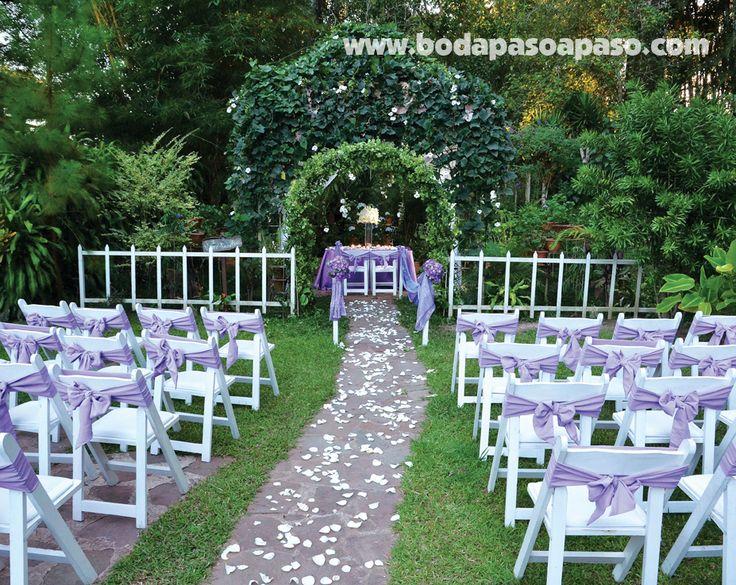 Tonos púrpuras, elegantes y vivos ideal para una boda en un hermoso jardín