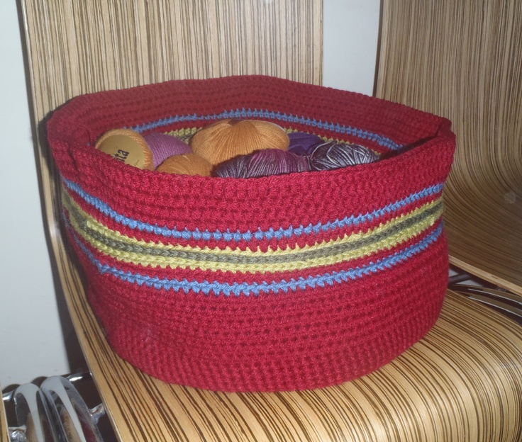 knitted basket for (a part of) my yarn