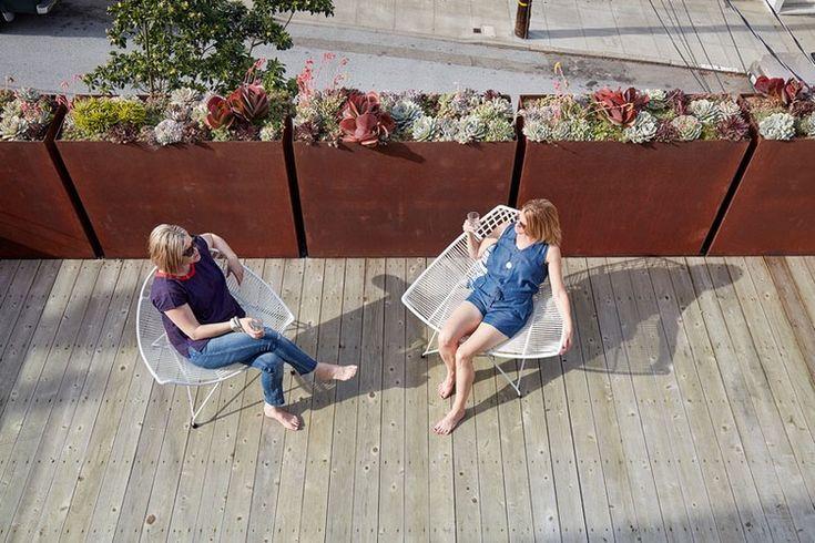 revêtement de sol en bois composite, chaises design en métal blanc neige et…