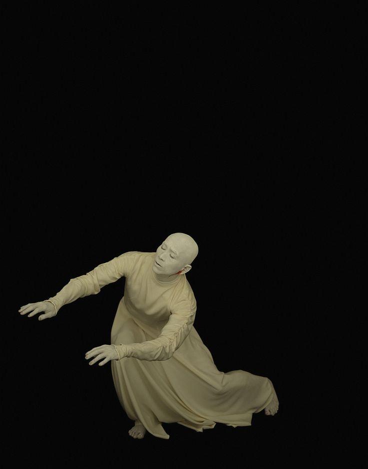 "'Amagatsu' (1993) by Japanese photographer Yoshihiko Ueda (b.1957). ""Ushio Amagatsu is a Japanese choreographer born in 1949 in Yokosuka, Kanagawa, known as the leader of the Butoh dance group Sankai Juku, which he founded in 1975."" via el Hurgador (Arte en la Red)"