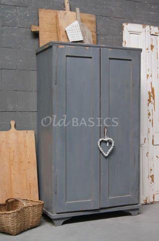 Kast 10203 - Brocante houten kast met een geleefde uitstraling. Het meubel heeft sierlijke pootjes en een koele grijze kleur. Ideaal te gebruiken als kleine linnenkast!